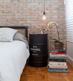 Aqui o tonel foi usado como cabeceira. A pilha de livros serviu como uma…