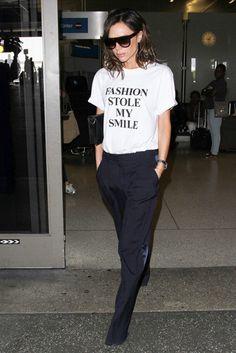 L'ex Posh Spice risponde a chi l'accusa di prendersi troppo sul serioVictoria Beckham è stata recentemente avvistata, all'Areoporto Internazionale di Los Angeles LAX, indossando una t-shirt con la …