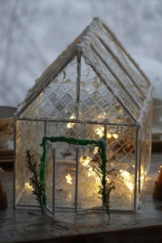 Gelatine sheets, barbeque sticks, hot glue, white paint, lights and here you have a greenhouse for Christmas. Gingerbread Christmas Decor, Retro Christmas Decorations, Easy Christmas Crafts, Noel Christmas, Simple Christmas, All Things Christmas, Vintage Christmas, Holiday Decor, Gingerbread Houses