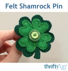 This easy to make felt shamrock pin would be cute to wear on St. Patrick's Day and will help you avoid getting pinched! Felt Crafts Diy, St Patrick's Day Crafts, Holiday Crafts, Crafts To Sell, St Patrick Day Treats, Irish Decor, St Patrick's Day Decorations, Origami, Craft Sale