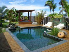 Terrasse en bois autour d'une belle piscine en béton réalisée par Marinal