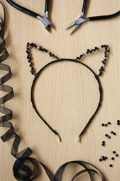 42 Adorable DIY Cat Ears Headband Ideas Learn to make these cute DIY cat ears headbands with basic supplies and easy steps! We& collected the best ideas from across the web! Headband Tutorial, Diy Tutorial, Diy Cat Ears, Diy Adornos, Diy Jewelry, Jewelry Making, Cat Ears Headband, Cute Diys, Diy Accessories