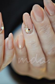 Opting for bright colours or intricate nail art isn't a must anymore. This year, nude nail designs are becoming a trend. Here are some nude nail designs. Classy Nails, Simple Nails, Cute Nails, Pretty Nails, Bridal Nails, Wedding Nails, Elegant Nail Art, Gem Nails, Japanese Nails
