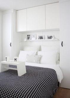Využiť miesto nad posteľou ako úložný priestor je výborný nápad.