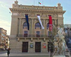 A fachada do Teatro Nacional de São João ostenta por estes dias as cores da bandeira de França, num gesto de solidariedade com as vítimas de Paris. Por Vera Dantas.