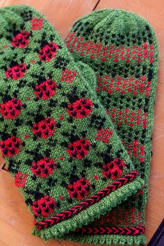 Ladybug mittens! SO CUTE! c'mon mom, make these for me since my knitting skills aren't this good.