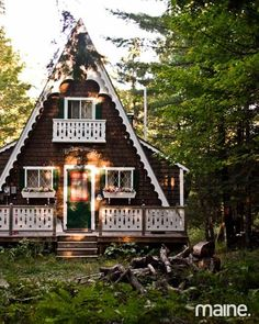 Cute small house designs with gable roofs and triangular a for Piccole cabine rustiche
