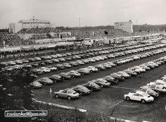 Norisring-Rennleiter Gernot Leistner und sein ganzer Stolz - der Porsche-Parkplatz im Jahr 1973 © Hallo Fahrerlager / Archiv Rainer Braun