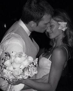 Casamento de Gisele e Brad. Pela primeira vez, Gisele Bündchen acabou revelando também uma foto do seu vestido de noiva inteiro