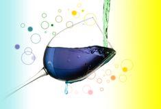 """""""色水シアター""""をご存じでしょうか?透明なペットボトルに色水を入れ、他の色水を混ぜることで次々と色彩が変わっていく…子どもたちが色への興味をもち、その変化の中で、おはなしを楽し"""