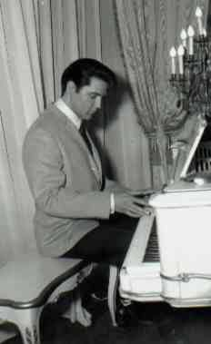 rare: Elvis playing the white piano at Graceland