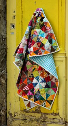 patchwork quilt hanging on yellow door Scrap Quilt, Patchwork Quilt, Quilt Blocks, Quilt Top, Quilt Baby, Quilting Projects, Quilting Designs, France Patchwork, Kaleidoscope Quilt