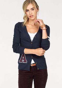 AJC Cardigan im College Look für 27,99€. Klassische Strickjacke von AJC mit V-Aussvchnitt, Applikation vorne und Streifen am Ärmel bei OTTO