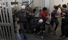 PM ataca pessoas no Metrô em SP (fonte: https://www.facebook.com/internationalriot?fref=photo)