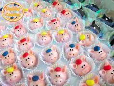 Docinhos modelados com massa de leite em pó no tema da festa os três porquinhos do Gabriel.