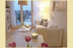 Tinte chiare per il salotto - Atmosfera suggestiva per arredare un salotto lungo e stretto.