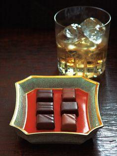 お酒を使ったアイテムに定評のある「ショコラティエ パレ ド オール」。シックなボックスに並ぶのは、6種類の日本のウィスキーを使ったショコラ。ホワイトオーク樽熟成酒由来のバニラ香と熟した果実香が特徴の「山崎12年」、国際品評会(WWA)で2回目の部門最高賞を受賞した「竹鶴17年」、南アルプスの天然水で造られたさわやかな果実香と切れのよさが特徴の「白州12年」のほか、「竹鶴21年」、「富士山麓18年」、「余市12年」が入っていて、食べ比べてみると、風味の違いに驚くはず。スイーツにもお酒にもこだわる方に喜ばれそう!<DATA>「JAPANESE WHISKYTASTING CHOCOLAT(日本のウィスキーテイスティングショコラ)」¥2,000(本体価格、2個以上ご購入の場合はお届け先が1カ所なら1個分の送料でお届け)内容/チョコレート(山崎12年・竹鶴21年・竹鶴17年・白州12年・富士山麓18年・余市12年)各1個冷蔵便※賞味期限は、冷蔵で21日>>購入はこちら