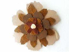 Brosa in forma de floare din piele decupata Lei