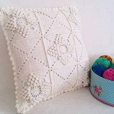 80 Patrones para hacer zapatitos, botines y zapatillas de bebés en crochet (free patterns crochet sandals babies) Crochet Pillow Cases, Crochet Cushion Cover, Crochet Pillow Pattern, Crochet Square Patterns, Crochet Cushions, Crochet Squares, Crochet Motif, Crochet Buttons, Cotton Crochet