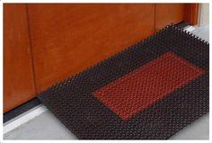 Los felpudos de goma son una excelente medida preventiva PARA evitar lesiones laborales. Muchas empresas utilizan felpudos anti-fatiga como un equipo estándar de seguridad.