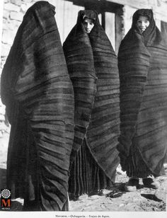 Women in rain coat, Ochagavía, Spain. Photo by Ortiz Echagüe. Fantasy Photography, Artistic Photography, Costume Ethnique, Mode Costume, Simple Prints, Photography Challenge, Traditional Fashion, Historical Clothing, Vintage Photos