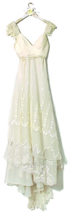 Vestido con escote V drapeado en gasa y falda en capas al bies de encaje, organza y tul, todo bordado con piedras (desde $7.500, Marta Salgado Paz).