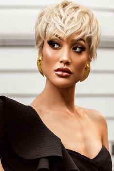 24 Perfect Christmas Short Hairstyles ★ Fresh Hair and Fun Styles Picture 1 ★ See more: http://glaminati.com/perfect-christmas-short-hairstyles/ #shorthairstyles #christmashairstyle