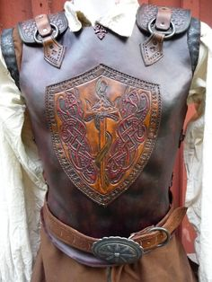 Leather Armour featuring Celtic knotwork on the chest shield. Armadura Medieval, Medieval Armor, Medieval Fantasy, Ancient Armor, Larp, Costume Armour, Knight Costume, Leather Armor, Fantasy Armor