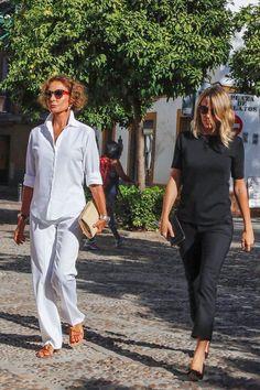 La nobleza española Love the monochrome looks! Mature Fashion, Over 50 Womens Fashion, Fashion Over 50, Classic Outfits, Casual Outfits, Fashion Outfits, White Fashion, Love Fashion, Street Chic