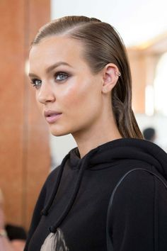 From beachy waves to slicked side parts and braids, these Spring 2017 runway beauty looks are perfect for the impending season:(Bridesmaid Hair All Down) Pool Hairstyles, Side Part Hairstyles, Sleek Hairstyles, Wet Look Hair, Wet Hair, Hair Looks, Look 2018, Slicked Back Hair, Bridesmaid Hair