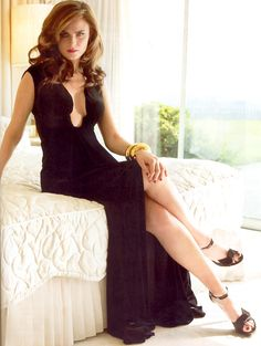 Why haven't seen this picture before? shes so stinkin pretty! Emily Deschanel