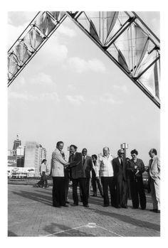 "Inauguración ""Abra Solar"" en Plaza Venezuela, Caracas,1983. Dr.Lander Presidente del Metro, Alejandro Otero,Miguel Otero Silva,Hector Poleo,Mercedes Pardo,Simón Alberto Consalvi."