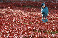 """Rainha Elizabeth 2ª observa um campo de papoulas de cerâmica na Torre de Londres, na Inglaterra; as papoulas são parte de uma instalação chamado """"Terras de Sangue varrida e Mares"""", que marca o centenário da Primeira Guerra Mundial. Foto: Kirsty Wigglesworth/AP"""