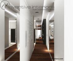 Projekt korytarza Inventive Interiors - sposób na wąski korytarz: biała szafa, duże lustra i ciekawy sufit podwieszany