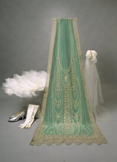 Court train and accessories, 1926. Worn by Mrs. Emily Saastomoinen for her presentation to the Prince of Wales. From the Museovirasto.