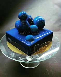 Mirror glaze cake: recipe for fried cake with coating of shiny glaze - Spiegel kuchen - Torten Rezepte Fancy Desserts, Fancy Cakes, Mini Cakes, Delicious Desserts, Cupcake Cakes, Blue Desserts, Cherry Desserts, Gourmet Desserts, Beautiful Cakes