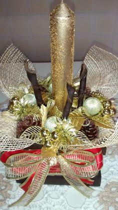 Arranjo natalino de mesa com vela, cachepô de mdf esfumaçado,vela com gliter,diversos arranjos de natal com bolas, juta,diversas fitas, diversas sementes da natureza secas e envernizadas.