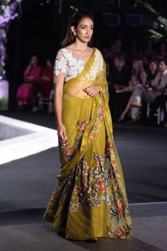 Picking Up Luxurious Couture Of Designer Manish Malhotra Winter Collection 2016 Lakme Fashion Week, India Fashion, Ethnic Fashion, 80s Fashion, London Fashion, Fashion Styles, Fashion Ideas, Fashion Tips, Trendy Sarees
