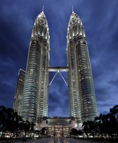 The Petronas Twin Towers in Kuala Lumpur, Malaysia is among the top 10 tallest buildings in the world. At meters ft), The Petronas Twin Towers was considered the tallest building from 1998 to 2004 when measured from the base to the antenna/spire. Famous Architecture, Futuristic Architecture, Beautiful Architecture, Architecture Design, Colonial Architecture, Building Architecture, Classical Architecture, Landscape Architecture, Building Design