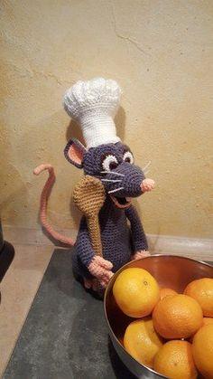 Häkle Dir jetzt mit der PDF-Anleitung zum Instant-Download eine Ratte mit Kochmütze ++ Kochlöffel als Deko oder auch zum Verschenken. Das wird wunderbar.