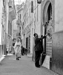 Tanger barrio del progreso - antiguo buzón de correos en la calle correos, este león lo vi la ultima en Ceuta cronicadetanger