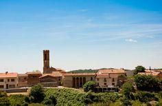 Collbató i l'església de Sant Corneli - Vista de la Iglesia de Sant Corneli, documentada ya en 1061, entre las casas de Collbató desde la Ermita de la Salut. La vila de Collbató ha sido durante siglos el portal de entrada por excelencia de Montserrat, la montaña más emblemática del Principado.
