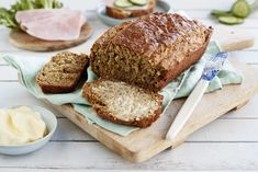 Et saftig brød som er rikt på proteiner og fiber Protein, Crackers, Banana Bread, Brunch, Baking, Desserts, Recipes, Honey, Baking Soda