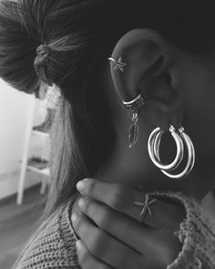 ZepJewelry leading luxury magazine featuring the top latest jewelry trends. Trendy necklaces, rings, pendants and earrings. Ear Jewelry, Cute Jewelry, Jewelery, Jewelry Accessories, Piercings Bonitos, Pretty Ear Piercings, Accesorios Casual, Trendy Necklaces, Bling