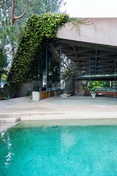design - Sheats Goldstein House by John Lautner in LA, Photographed by Tom Ferguson (Yellowtrace) John Lautner, Modern Pools, Mid-century Modern, Modern Design, Interior Exterior, Exterior Design, Amazing Architecture, Interior Architecture, Modernism Week
