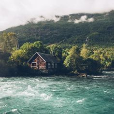 Art, Architecture & Culture - Beautiful House İn The Woods Beautiful Homes, Beautiful Places, House In Nature, Cabin In The Woods, H & M Home, Mountain Homes, Green Mountain, Cabins And Cottages, Photos Tumblr