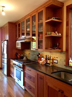 60 amazing cherry wood cabinets kitchen (36) Kitchen Redo, Kitchen Styling, New Kitchen, Kitchen Design, Wooden Kitchen, Kitchen Ideas, Kitchen Shelves, Medium Kitchen, Wall Cupboards