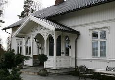 EKS Design Sveitserhus Stil Norway high ceilings, 2 rooms deep with southern exposure German Houses, Norwegian Style, Stone Cottages, Villa, House Entrance, Outdoor Living, Outdoor Decor, White Houses, Victorian Homes