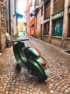 Moped Scooter, Vespa Scooters, Motorcycle Shop, Motorcycle Quotes, Triumph Motorcycles, Custom Motorcycles, Vespa Smallframe, Dirt Bike Girl, Italian Beauty