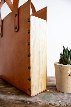 Tote bag leather and wood Leather Gifts, Leather Bags Handmade, Leather Craft, Diy Old Books, Leather Bag Tutorial, Wooden Bag, Leather Workshop, Creation Couture, How To Make Handbags